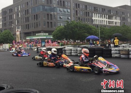 2018RMCC中国花桥首届卡丁车城市街道赛20日开赛,这是中国首个国家级卡丁车城市街道赛。图为比赛现场。 黄莹 摄