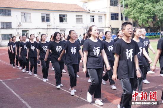 师范专业的学生整齐迈步亮相。