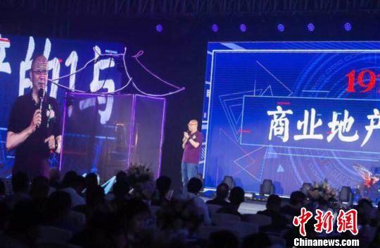 """冯仑23日出席""""时光旅行者""""南通1912品牌签约会,并发表题为""""商业地产的1与0""""演讲。 朱晓颖 摄"""