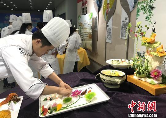 图为学生制作的菜品如画一样,尽展淮扬烹饪精湛技艺。 崔佳明 摄