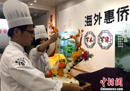 图为即将本科毕业的准大厨展示其作品。 崔佳明 摄