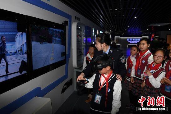 学生进行VR安防体验。