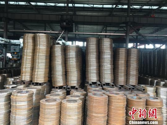根据最新通报案例,法兰盘生产工艺中的中频炉,属明确的落后冶炼设备,要求依法依规取缔。 申冉 摄