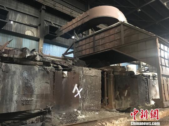 等待销毁的落后冶炼设备。 申冉 摄