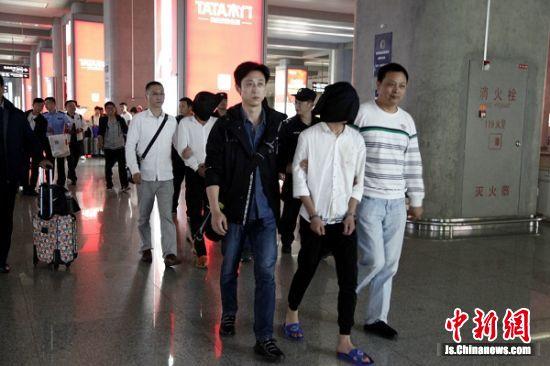 犯罪嫌疑人被押解回镇江。