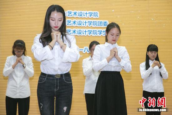 学生表演舞蹈致谢校园、老师。
