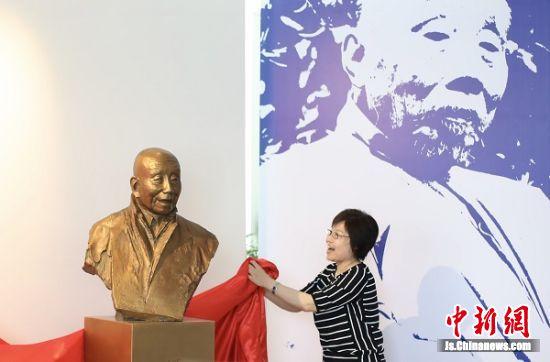 苏州工艺美术职业技术学院党委书记孙丽华为颜文樑铜像揭幕。