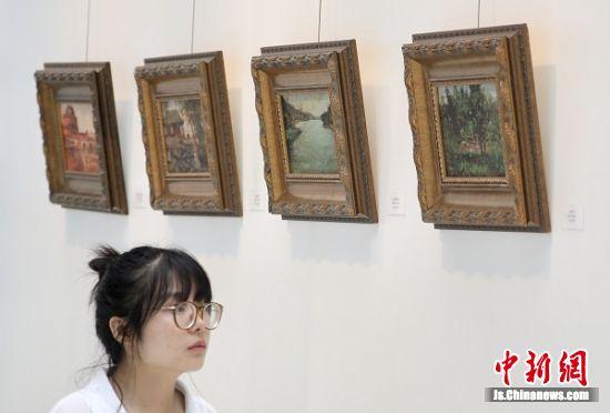 观众参观颜文樑实用美术教育思想展览。