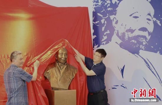 颜文樑雕像在苏州工艺美术职业技术学院揭幕。中新社记者 泱波 摄