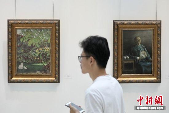 大学生参观颜文樑教育展。中新社记者 泱波 摄