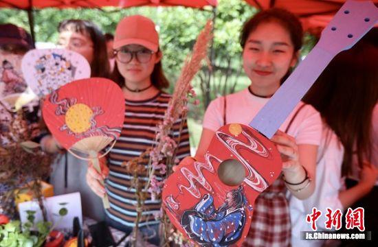 学生创意作品展示一条街在苏州工艺美术职业技术学院开市,展示学生创业成果、毕业衍生品、校友作品等。中新社记者 泱波 摄