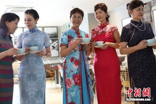独具匠心的旗袍剪影咖啡,为旗袍讲座注入了更加多元化的元素。中新社记者 泱波 摄