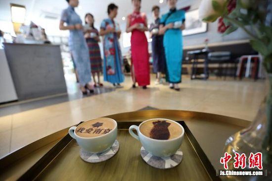 放眼店内的咖啡品名,每款都独具特色充满浓郁的民国风情。 中新社记者 泱波 摄