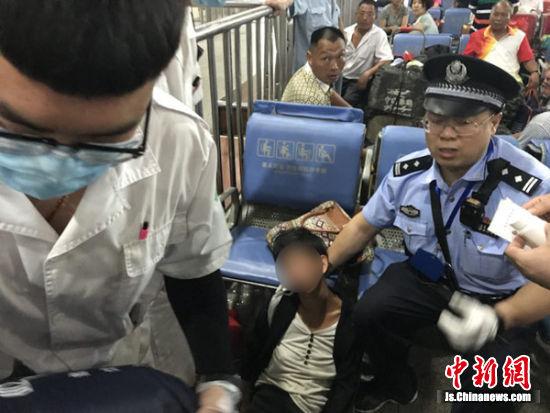 民警会同车站工作人员对癫痫发作旅客进行急救