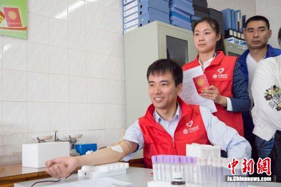 员工在无偿献血。