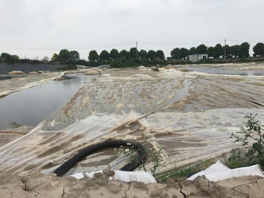 图为污泥池仅覆盖塑料薄膜。官网截图