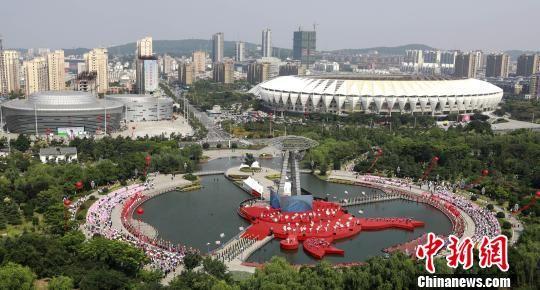 6月12日,第十八届中国?盱眙(金诚)国际龙虾节开幕。 周海军 摄