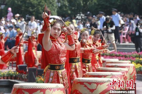 第十八届中国?盱眙(金诚)国际龙虾节开幕现场文体表演。 周海军 摄