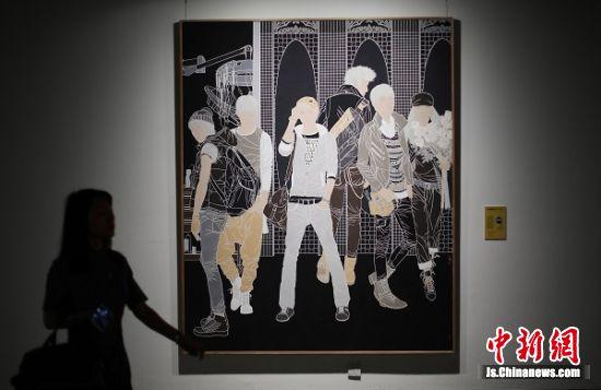 观众被展出的画作吸引。 中新社记者 泱波 摄