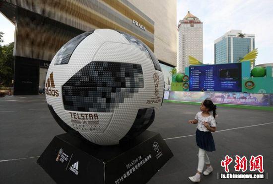 两米多高的足球亮相。 中新社记者 泱波 摄