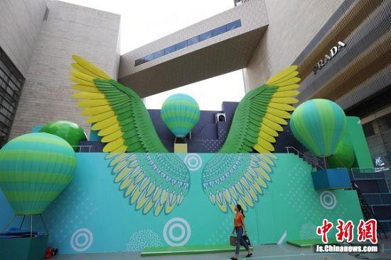 """在观球区的背面,德基广场更将艺术元素融入户外场地的设计中,从古希腊神话汲取灵感,以拥有一对巨大翅膀的""""胜利女神""""为原型,别出心裁地打造了巨型的""""胜利女神之翼""""。 中新社记者 泱波 摄"""