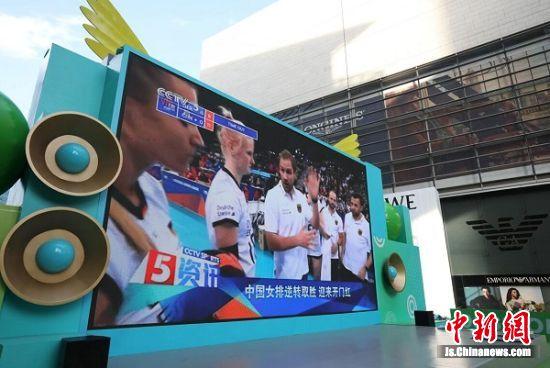 超大屏幕正在调试,看足球肯定很过瘾。 中新社记者 泱波 摄