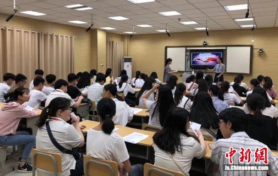 中韩学生在教室共同听课。