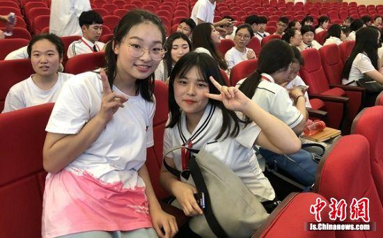 中韩学生合影留念。