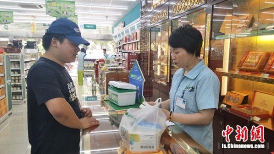 一位市民在恒泰人民大药房用两盒过期失效药品换取了两张三元面值的抵用券