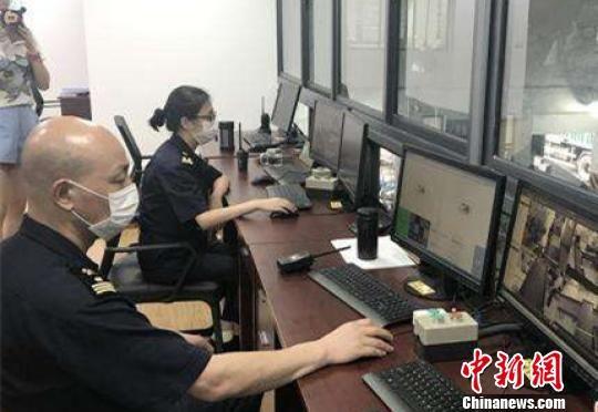 图为工作人员通过X光检验邮包,排查犯罪线索。 杨颜慈 摄