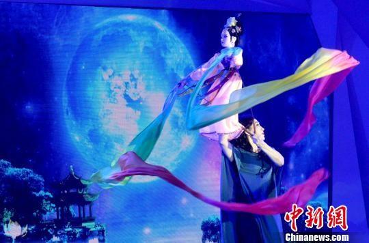 图为木偶戏表演,展现科学与艺术完美结合的魅力。 崔佳明 摄