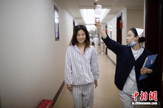 护士带着阿布都前往手术室。 泱波 摄
