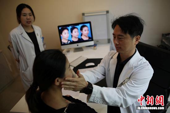 一段时间后,南京医科大学友谊整形医院韩籍院长金宗翰为阿布都检查削骨后的脸。 泱波 摄