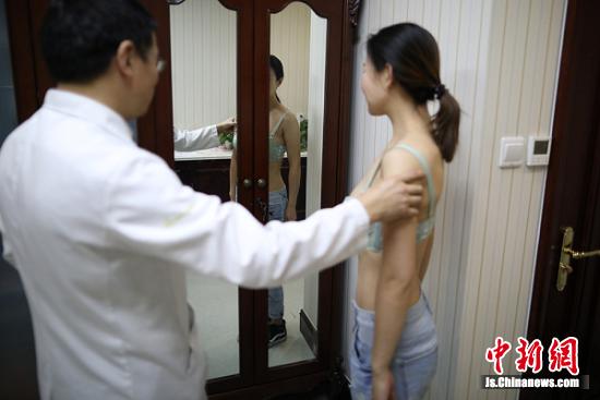 林医生为阿布都检查胸部。 泱波 摄