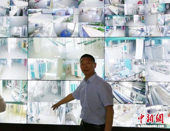 六朝松面粉产业主要负责人蔡仪球在监控控制室指挥工作。