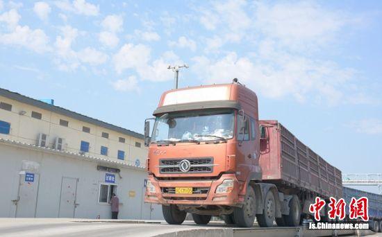 众多运粮大货车陆续赶到104国道旁维维粮仓等待检测、过磅、入库。
