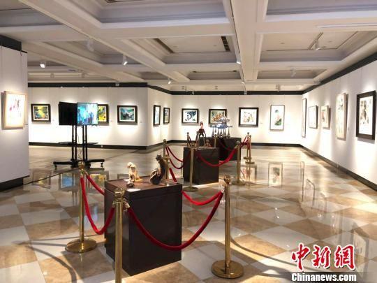 崭新的澳门永利官网线上娱乐省台湾小镇美术馆格调时尚。明亮展厅中,悬挂着水墨、水彩、油画等百余幅两岸艺术家画作。 朱晓颖 摄