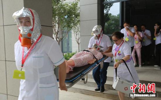 徐州鼓楼区在琵琶养老服务中心举行消防疏散现场演练。 蒯创摄