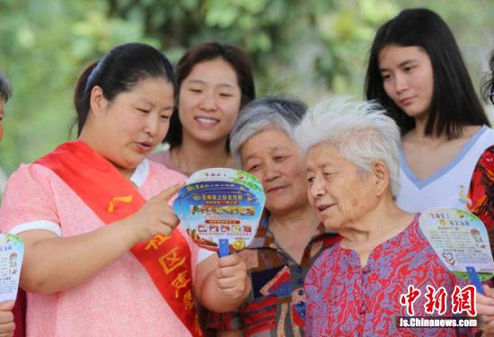"""徐州鼓楼区八里社区志愿者给居民送""""安全扇""""。蒯创摄"""