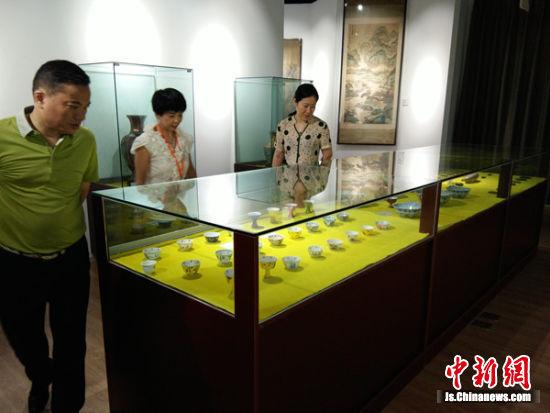 图为无锡市民参观收藏馆的藏品。
