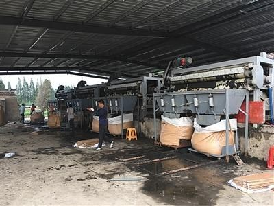 6月27日,压滤机正对污泥进行脱水干化处理。