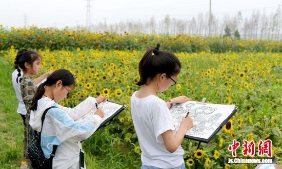 孩子们拿起画笔把美景绘就。 孙井贤 摄影