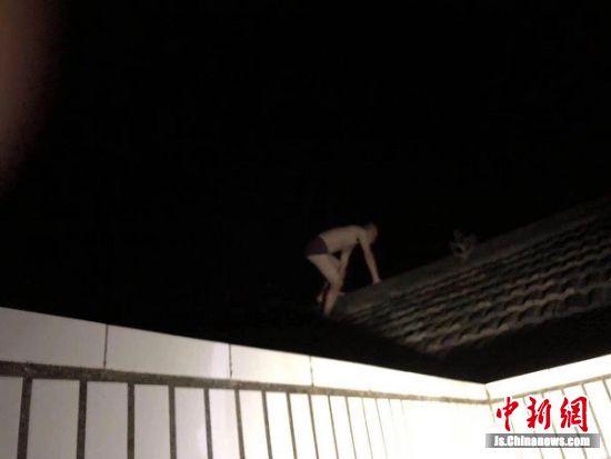 老赖半裸爬上屋顶逃跑