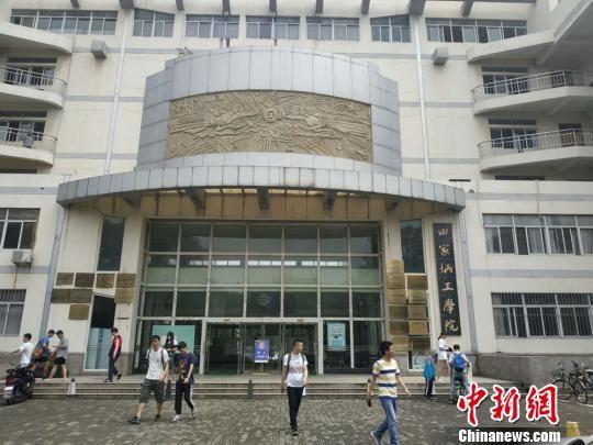 田家炳工学院的牌子依然挂在江苏师范大学,田家炳的精神仍然在影响着新一代大学生。 朱志庚 摄