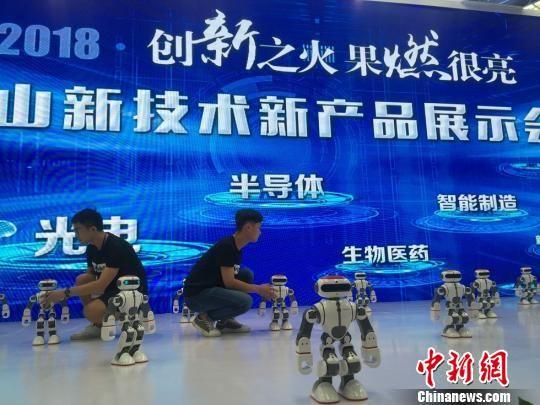 昆山高新技术产品展示。目前,昆山市机器人及智能制造领域内相关企业总数达403家,2018年上半年预计实现主营业务销售收入228亿元。 黄莹 摄