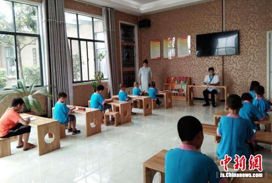 孩子们在接受传统文化教育