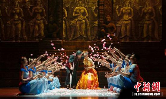 图为舞剧《南国红豆》演出现场。