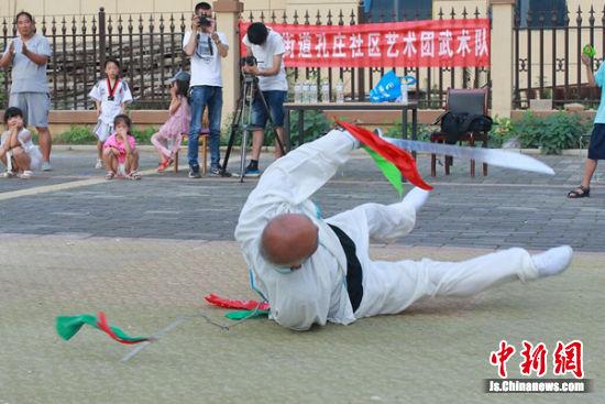 """79岁的夏中海表演""""刀里加鞭""""。"""