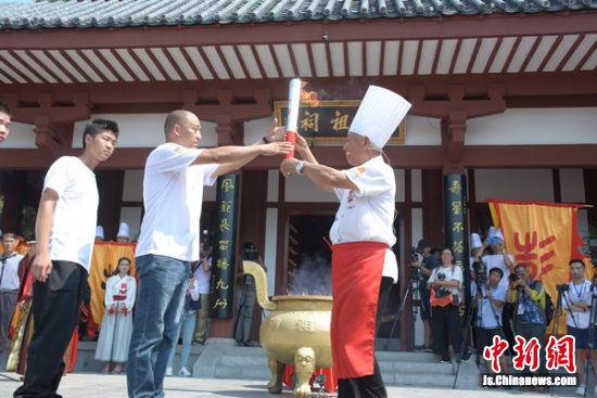 传递彭祖伏羊节圣火。