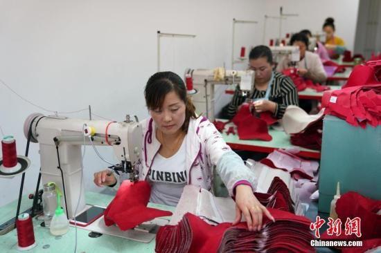 资料图:工人在手工专业合作社工作。 毛建军 摄